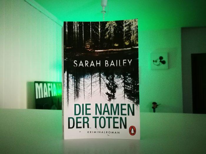 Ein Buch-Cover. Schwarz-weiss mit einem Wald. Die Namen der Toten.