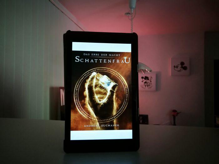 Ein Buch-Cover. Dunkel mit Phiole in der Hand. Das Erbe der Macht.